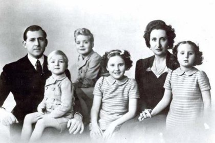 Foto familiar de los condes de Barcelona en 1942. Juan Carlos es el niño que está de pie, tercero desde la izquierda (Casa Real)