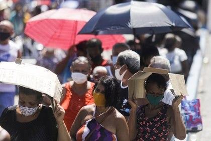 Gente haciendo fila para recibir la dosis de la vacuna de Sinovac contra el COVID-19 en Río de Janeiro, Brasil. REUTERS/Ricardo Moraes