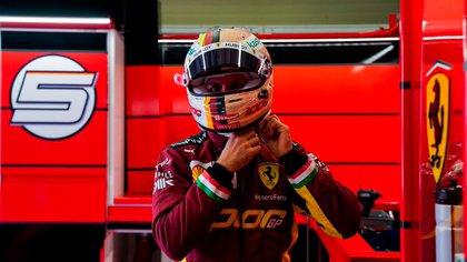 El traje de los pilotos a tono con el nuevo color (Foto: @ScuderiaFerrari)