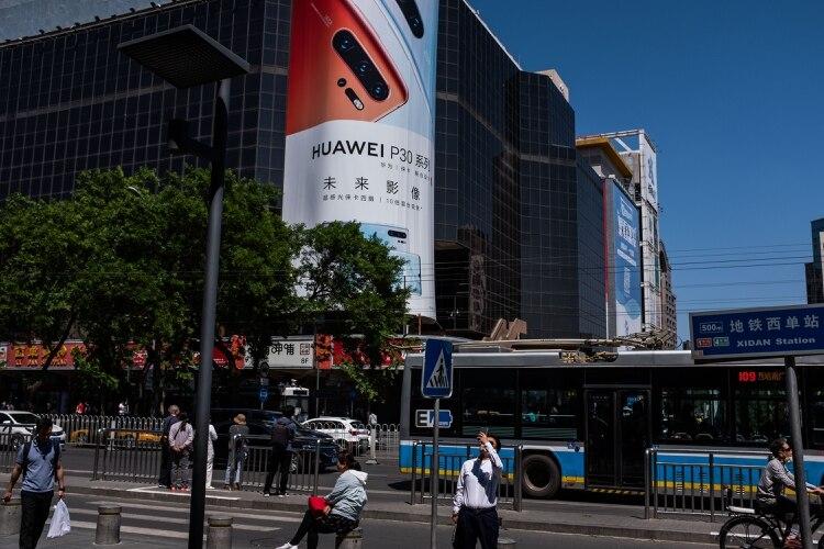 El software de Google hace funcionar los celulares de Huawei y sus aplicaciones vienen precargadas en los dispositivos que el gigante tecnológico chino vende en todo el mundo. Credit (Lam Yik Fei/The New York Times)