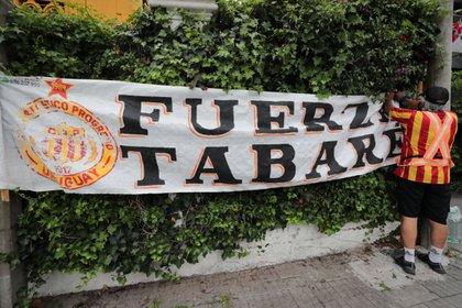 Un hincha del Club Progreso cuelga una pancarta de apoyo al expresidente de Uruguay Tabar� V�zquez hoy, frente a su residencia en Montevideo (Uruguay). EFE/Ra�l Mart�nez