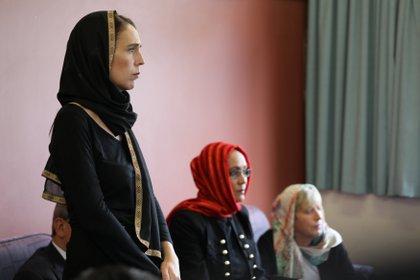 La Primera Ministra habla con representantes de la comunidad musulmana en el centro de refugiados de Canterbury en Christchurch, Nueva Zelanda, el 16 de marzo de 2019 (Oficina de la Primera Ministra de Nueva Zelanda / Hoja informativa a través de REUTERS)