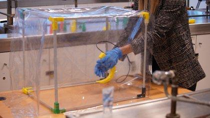 La caja desarrollada por los científicos argentinos se utiliza para hacer una intubación oro-traqueal a los pacientes y además permite realizar procedimientos en la vía aérea con riesgo de aerosolización, como una endoscopía, un ecocardiograma transesofágico (UNTREF)