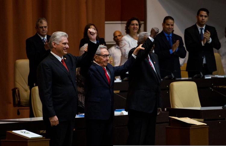 El presidente cubano Miguel Díaz-Canel (izq.), el líder del Partido Comunista de Cuba Raúl Castro (der.) y el presidente de la Asamblea Nacional Esteban Lazo tras la promulgación de la nueva constitución, en La Habana, el 10 de abril de 2019 (Irene Pérez/Courtesy Cubadebate/Handouters)