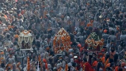 30 fotos del Kumbh Mela, el masivo festival religioso que se realiza en India en medio del peor brote de coronavirus registrado