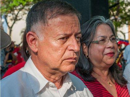 Fue crítico de Chávez, incluso en el año 2000 decidió competir en contra de él por la jefatura de Estado, sin embargo modificó su postura posteriormente y recibió nombramientos ilustres