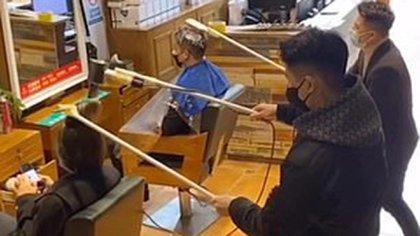 La técnica de los peluqueros chinos para evitar la infección con el virus.