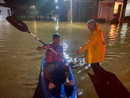 Elementos de Protección Civil del estado de Jalisco (México) auxilian hoy a habitantes de municipios cercanos a su litoral. EFE/PC DE JALISCO/SOLO USO EDITORIAL