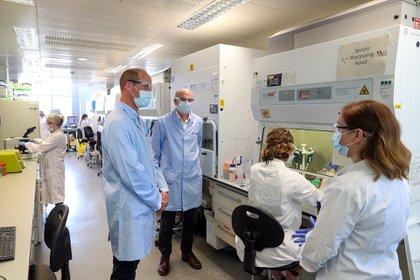 El príncipe Guillermo en Londres, durante una visita al laboratorio que desarrolla una vacuna contra el COVID-19. El heredero al trono británico, detrás de su padre Carlos de Inglaterra, no solo utilizó mascarilla, sino que también estuvo muy atento al distanciamiento social  (AFP)