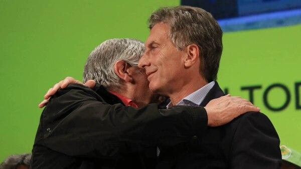 Otros tiempos: Macri y Moyano a los abrazos. Hoy no se pueden ni ver.