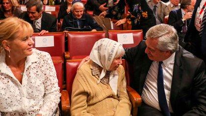 Alberto Fernández y Marcela Losardo durante una reunión con referentes de Derechos Humanos en Roma