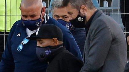 Diego Maradona y la imagen que preocupó a todos el viernes pasado en La Plata, antes del partido entre Gimnasia y Patronato (foto Demian ALDAY ESTEVEZ / various sources / AFP)