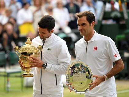 Foto de archivo del campeón de la edición 2019 de Wimbledon, Novak Djokovic, y el finalista Roger Federer en la entrega de premios.  Jul 14, 2019   REUTERS/Toby Melville