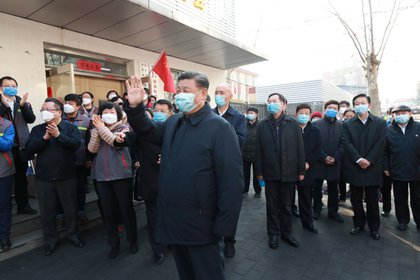 El Presidente chino Xi Jinping inspecciona el novedoso trabajo de prevención y control de coronavirus en la Comunidad de Anhuali en Beijing, China, el 10 de febrero de 2020. (REUTERS)