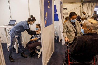 Una enfermera administra una dosis de la vacuna Pfizer-BioNTech a una persona en un centro de vacunación masiva Covid-19 en la Plaza Rabin en Tel Aviv, Israel, el lunes 4 de enero de 2020.
