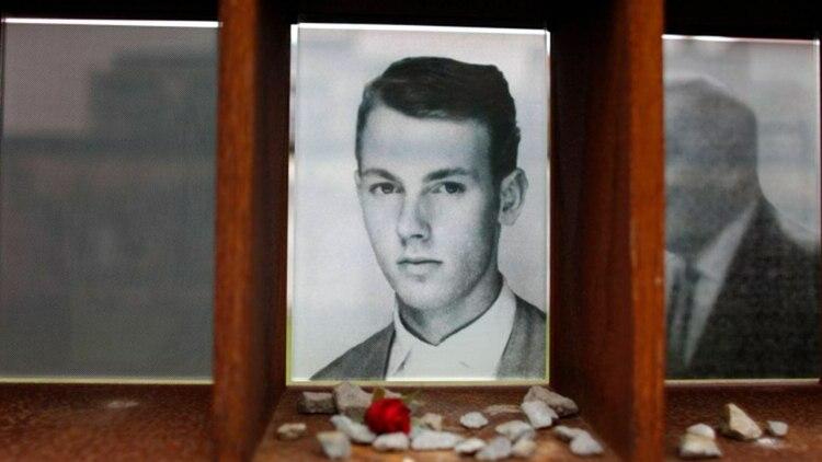 El retrato de Peter Fechter en el sitio de la memoria del Muro de Berlín en la Bernauer Strasse. Fechter fue asesinado el 17 de agosto de 1962 cuando intentaba escapar. En la calle Bernauer se encuentran las imágenes de aquellas personas muertas mientras buscaban atravesar el muro (REUTERS)