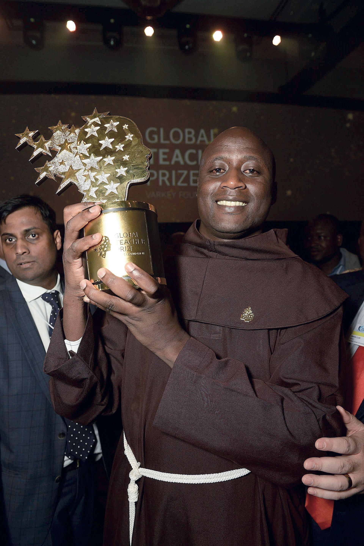 Peter Tabichi con el premio de Fundación Varkey al Mejor Maestro del Mundo