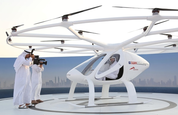 El príncipe Sheikh Hamdan bin Mohammed bin Rashid dentro del taxi. (REUTERS/Satish Kumar)