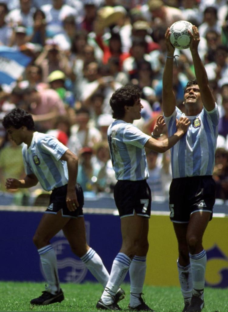 """El conmovedor festejo del """"Tata"""" tras su gol en el estadio Azteca, acompañado por Jorge Burruchaga (Foto: Action Images / Sporting Pictures / Nick Kidd)"""