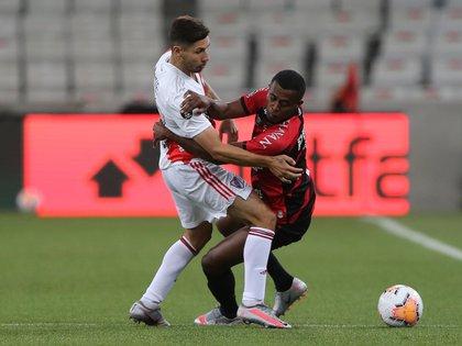 Carlos y Montiel batallan por la pelota en Curitiba (REUTERS/Rodolfo Buhrer)