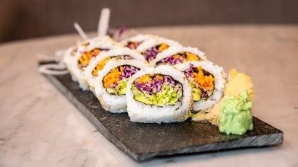 Una opción de sushi vegano, con diferentes tipos de repollos