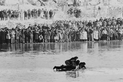 Cuatro azerbaiyanos cruzan en balsa el río Aras, frontera con Irán, el 14 de enero de 1990 (INRA / AFP)