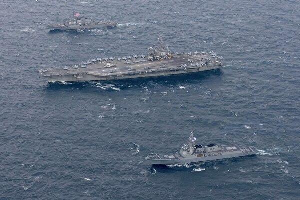 El portaavionesUSS Ronald Reagan junto a un destructor estadounidense y una nave surcoreana, en las aguas al este de la península coreana (Reuters)