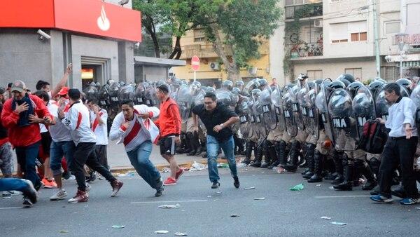 Los incidentes en las cercanías al estadio de River Plate obligaron a suspender el partido (Franco Fafasuli)