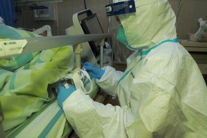Personal médico atiende a un paciente con neumonía causada por el nuevo coronavirus en el Hospital Zhongnan de la Universidad de Wuhan 22 de enero de 2020 (cnsphoto via REUTERS)