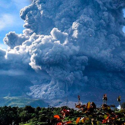 El volcán Sinabung, en Indonesia, hizo erupción el lunes, arrojando material volcánico a una altura de hasta 5.000 metros (16.400 pies) y depositando ceniza en las aldeas. (EFE/EPA/SARIANTO SEMBIRING)
