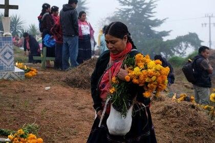 Imagen de archivo. Miembros de una comunidad indígena Tzotzil visita las tumbas de sus familiares en un cementario, durante la celebración de Día de Muertos en la ciudad Aldama del estado Chiapas, en México. 1 de noviembre de 2020. REUTERS/Isabel Mateos
