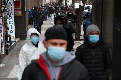 Gente con mascarillas en Chile (REUTERS/Ivan Alvarado)