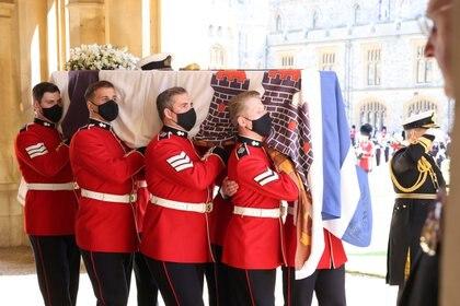Los militares llevan el ataúd del príncipe Felipe, esposo de la reina Isabel, durante su funeral en Windsor, Gran Bretaña