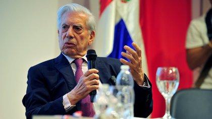 Mario Vargas Llosa y la poeta dominicana Soledad Álvarez en la Feria del Libro
