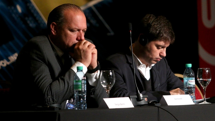 Sergio Berni, pensativo, junto a Axel Kicillof