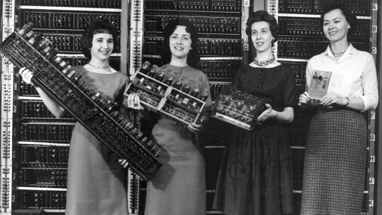 Las programadoras de ENIAC fueron Betty Snyder Holberton, Jean Jennings Bartik, Kathleen McNulty Mauchly Antonelli, Marlyn Wescoff Meltzer, Ruth Lichterman Teitelbaum y Frances Bilas.
