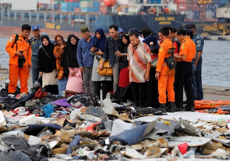 Familiares de los pasajeros fallecidos en la tragedia de Lion Air en Indonesia (Reuters)