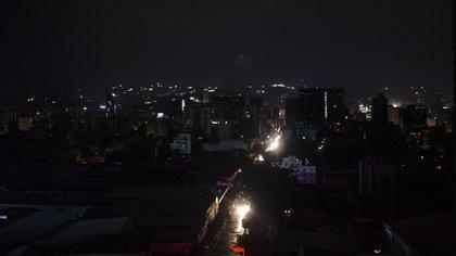 Caracas a oscuras. (Photo by YURI CORTEZ / AFP)