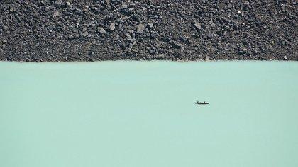 Dos personas disfrutan de un paseo en canoa por las aguas turquesa del lago Louise en el Parque Nacional de Banff<br> Ben Leshchinsky / National Geographic Photo Contest 162