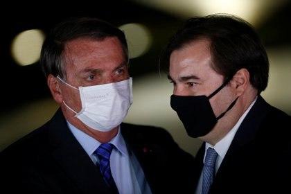 El presidente de Brasil, Jair Bolsonaro, saluda al presidente de la Cámara Baja de Brasil, Rodrigo Maia, durante un encuentro en el Palacio Alvorada de Brasilia, Brasil, el 12 de agosto de 2020 (REUTERS/Adriano Machado)