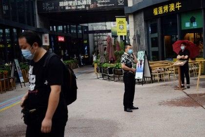 La cadena de contagios alcanzó a 71 personas antes de que se la pudiera cortar, en la provincia china de Heilongjiang que antes había quedado libre de casos nuevos. (REUTERS/Tingshu Wang)
