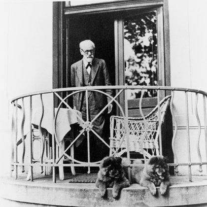 Freud en el balcón de su casa junto a sus perros, Jofi y Luen (Imagno/Getty Images)