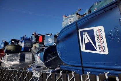 Los buzones de correo del Servicio Postal de los Estados Unidos (USPS) se apilan en un lote industrial en Hartford, Wisconsin.   REUTERS/Brian Snyder