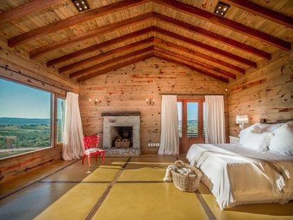 Una de las suites de la casa que vendió Susana tiene chimenea
