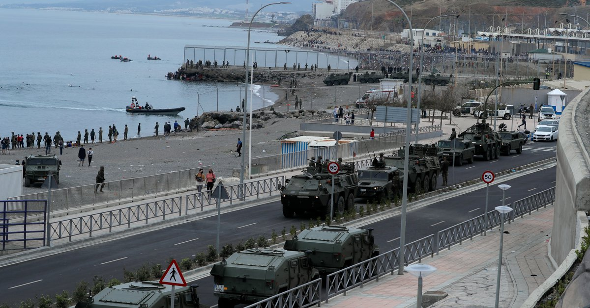 Spain deploys Army tanks after the entry of more than 5,000 migrants into Ceuta: at least one dead