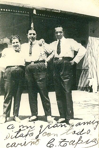 Fotografía de Gardel acompañado de Cristino Tapia y el guitarrista Guillermo Barbieri. Fue tomada al finalizar una exitosa gira en Córdoba. (1926)