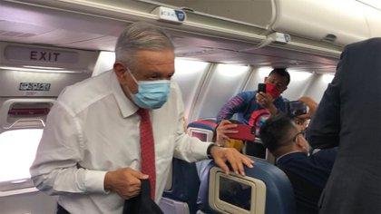 Una de las pocas imágenes de AMLO con cubrebocas se dio cuando viajó a EEUU para visitar a Donald Trump en el contexto del T-MEC (Foto: Cuartoscuro)
