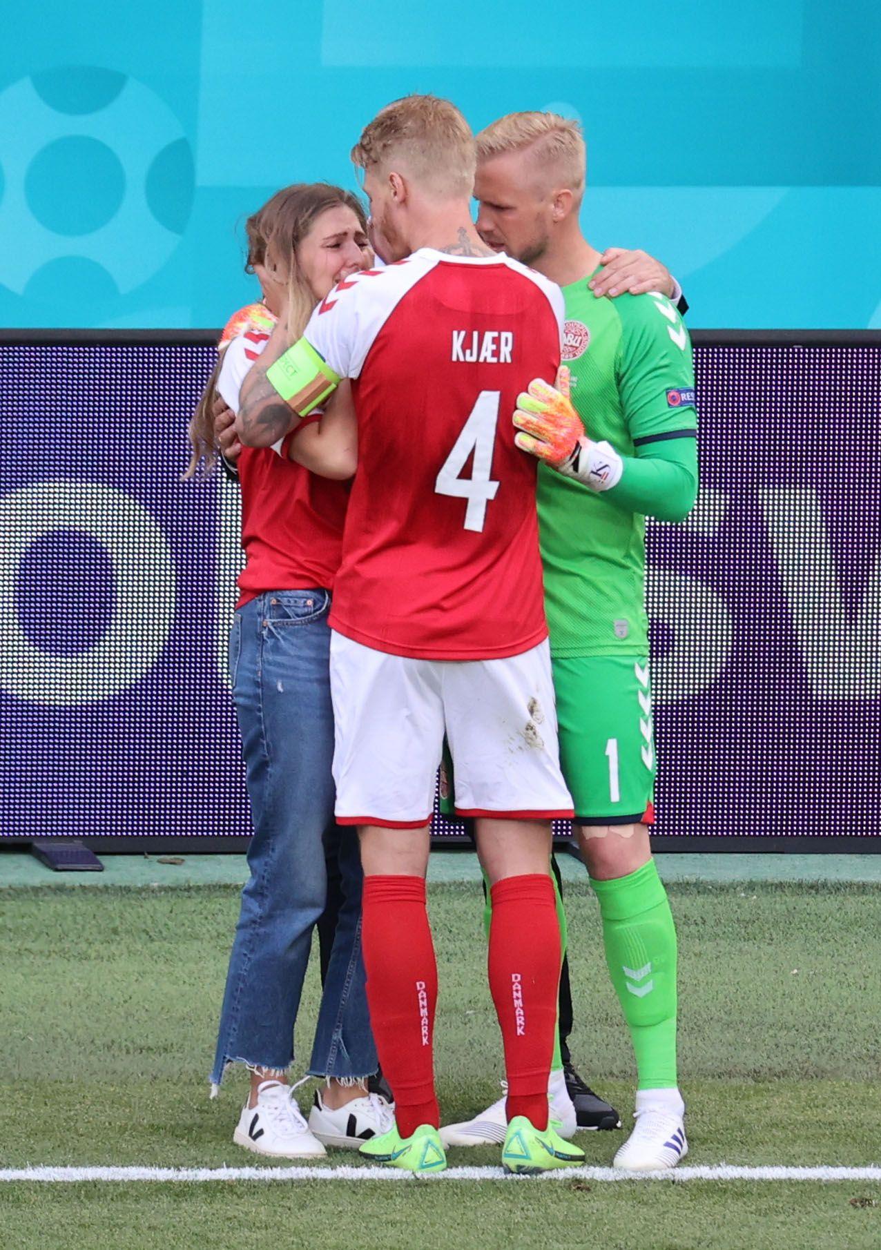 La mujer de Christian Eriksen fue consolada por los compañeros de equipo de su pareja (REUTERS/Wolfgang Rattay)