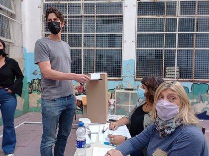 Martín Lousteau vota en la interna de la UCR porteña