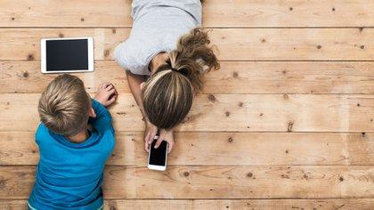 Existen diferentes aplicaciones que permiten rastrear la ubicación de los menores, y monitorear su actividad en el celular (Getty Images)